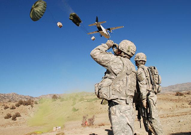 Un avión de transporte CASA C-212 de Blackwater lanza suministros en Afganistán.