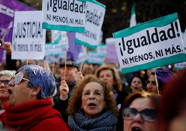 Los grupos de derechos de las mujeres protestan en Sevilla, España