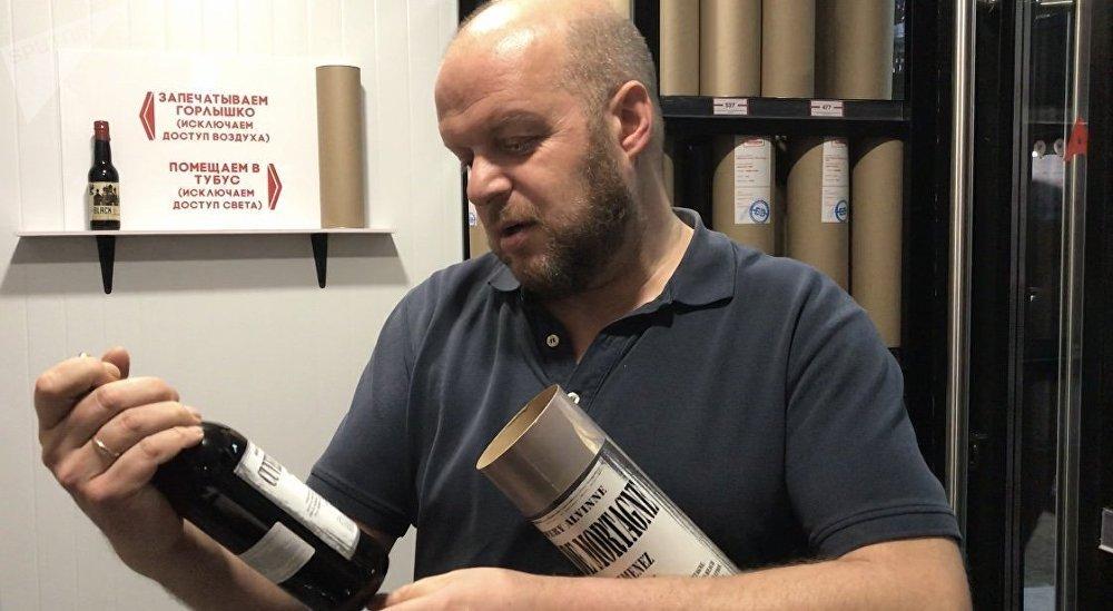 Evgueni Smirnov, encargado de la cadena Berú Vijodnoy —'Me tomo un día libre', en español— la tienda de cervezas más grande del mundo