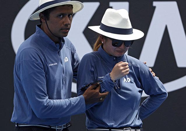 Una jueza de línea se retira por un bolazo durante el Open de Australia