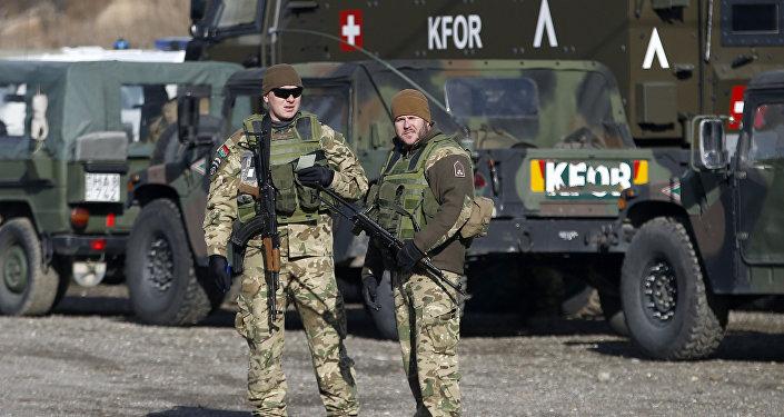 Miembros de la KFOR, las fuerzas de seguridad de la OTAN en Kosovo