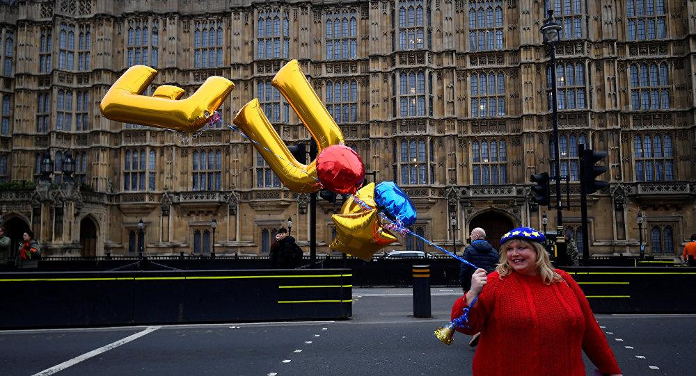 Una mujer con los globos EU en Londres