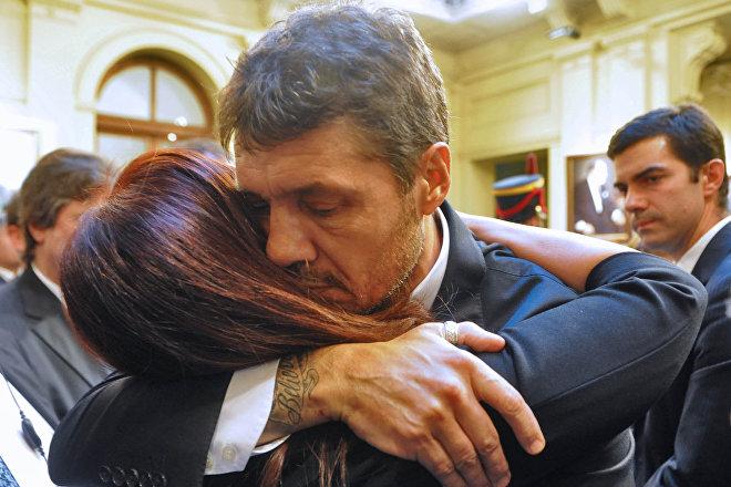 Marcelo Tinelli, conductor de televisión de Argentina, saluda a la expresidenta Cristina F. de Kirchner en el velorio de Néstor Kirchner