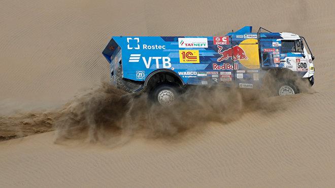 Equipo de Kamaz bajo el mando del piloto ruso Eduard Nikolaev durante el Rally Dakar 2019