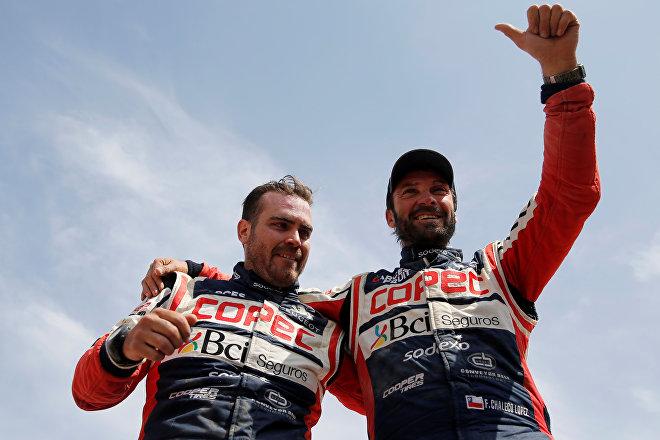 El piloto chileno Francisco López Contardo y su copiloto Álvaro Juan León Quintanilla tras vencer en el Rally Dakar 2019