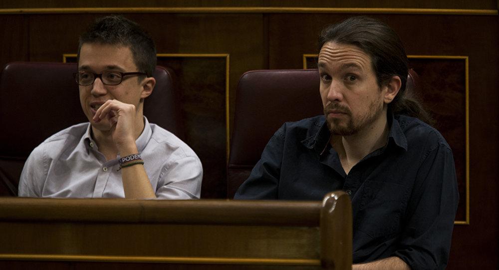 Pablo Iglesias (dche.) e Iñigo Errejón (izda.) en el PArlamento de España (archivo)