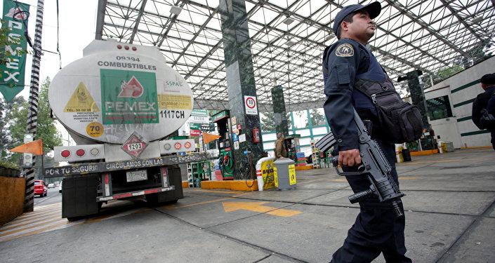 Agente de la Policía en una gasolinera de México D.C.