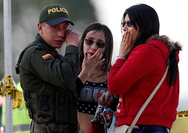 Amigos y familiares de los fallecidos en el atentado en la Escuela de Cadetes General Santander de la Policía, en Bogotá, el 17 de enero de 2019