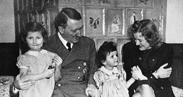 Adolf Hitler y Eva Braun con dos niñas