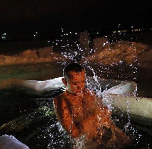 Vídeo: los rusos se bañan en agua helada para celebrar la Epifanía