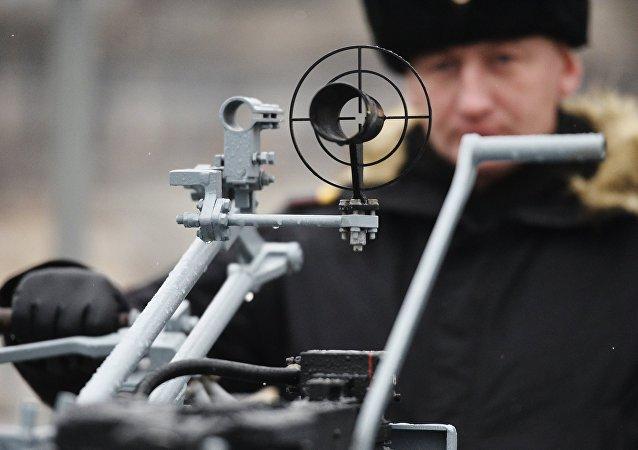 Una ametralladora de gran calibre en el nuevo buque equipado con el sistema de misiles universales de alta precisión Kalibr