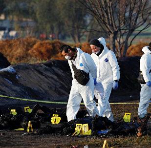 Técnicos forenses en el lugar de la explosión en Tlahuelilpan, México