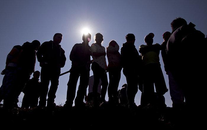 Cientos de personas esperan en el lugar donde exploto el ducto de gasolina de Pemex para intentar localizar a sus familiares desaparecidos