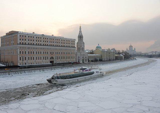 Un barco de recreo de Radisson en el centro de Moscú