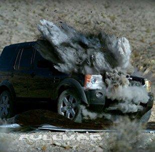 Un tanque dispara contra un Land Rover