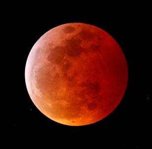 La luna roja se apodera del cielo