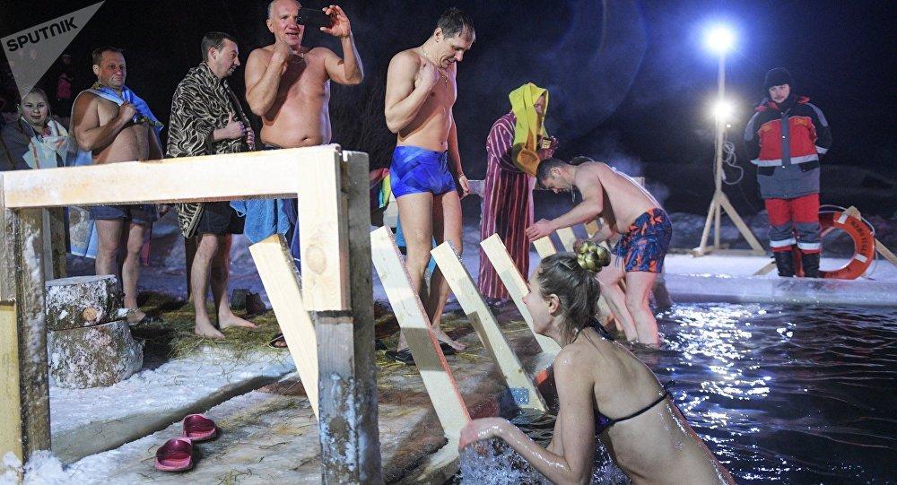 Rusos participan en las celebraciones de la Epifanía en San Petersburgo