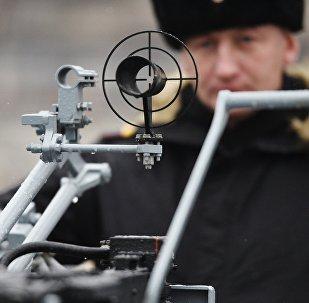 Un soldado a bordo de un buque antimisiles pequeño del proyecto Buyan-M