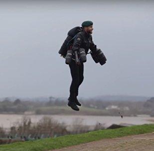 Un marine británico con una mochila propulsora
