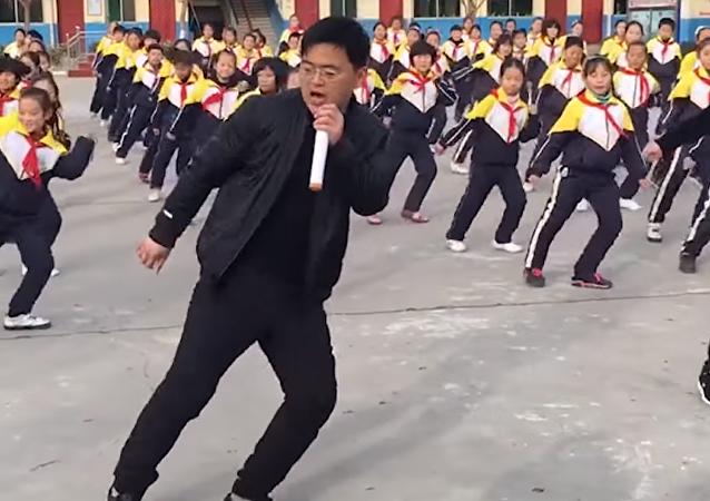 Decenas de alumnos chinos se coordinan para bailar el 'shuffle'