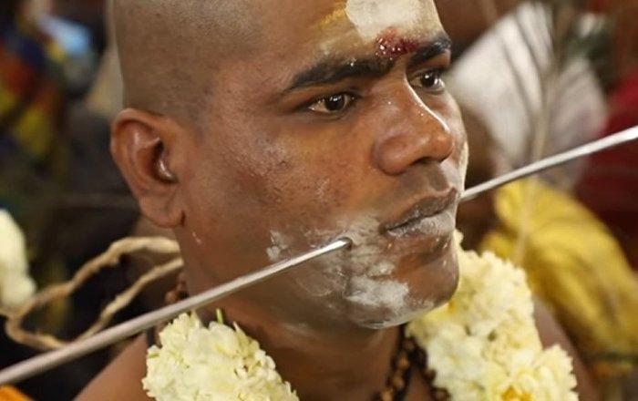 La India celebra con agujas y dagas una impactante fiesta del dolor