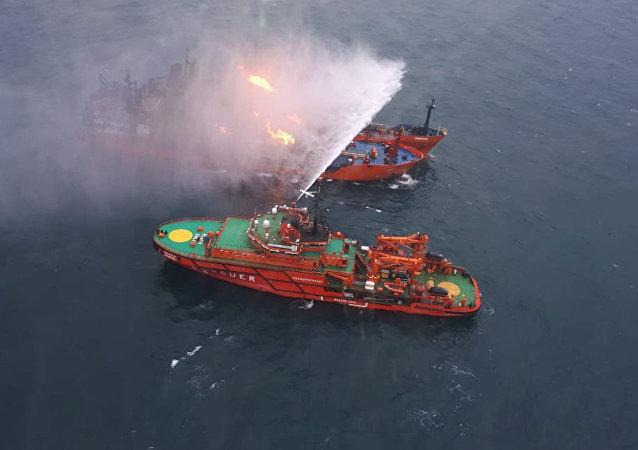 La operacion de extinción de incendios a los buques, que se incendiaron en el estrecho de Kerch