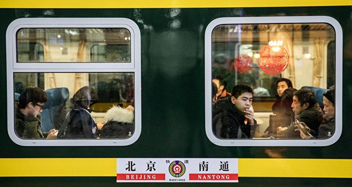 Pasajeros durante la temporada de viajes del Festival de Primavera en la estación ferroviaria de Pekín, China