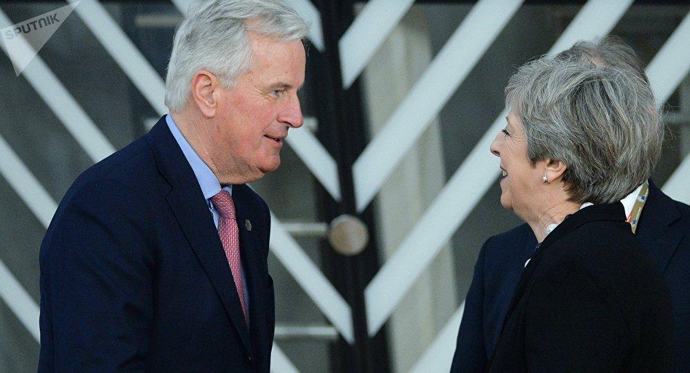 El negociador jefe de la UE sobre el Brexit, Michel Barnier, y la primera ministra del Reino Unido, Theresa May (archivo)