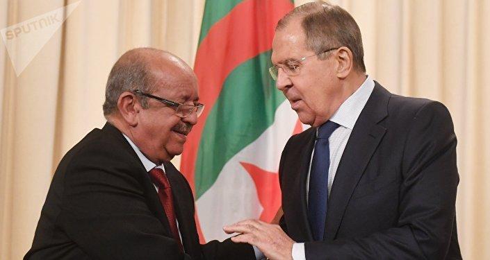 Ministro de Asuntos Exteriores de Argelia, Abdelkader Messahel, con su homólogo ruso, Serguéi Lavrov (archivo)