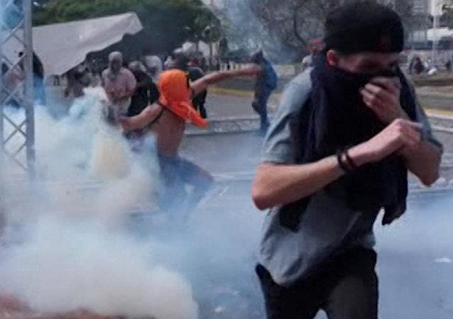 Humo y sangre: los enfrentamientos no cesan en Caracas