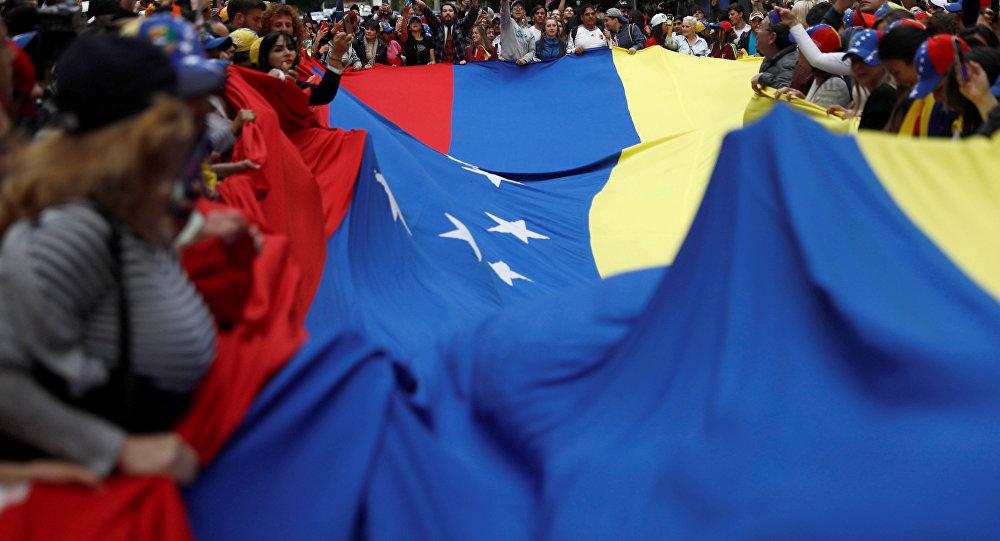 Personas con la bandera de Venezuela
