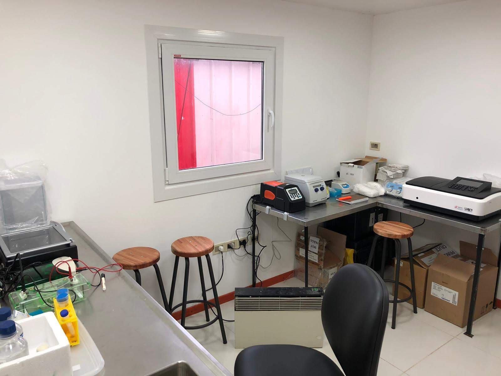 Laboratorio de la Escuela de Iniciación a la Investigación Antártica en la base científica uruguaya Artigas, en la Antártida