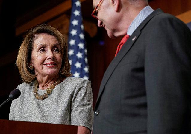 Nancy Pelosi, presidenta de la Cámara de Representantes de EEUU, y Chuck Schumer, líder de la Minoría en el Senado, después de llegar a un acuerdo sobre el presupuesto para el año fiscal 2019