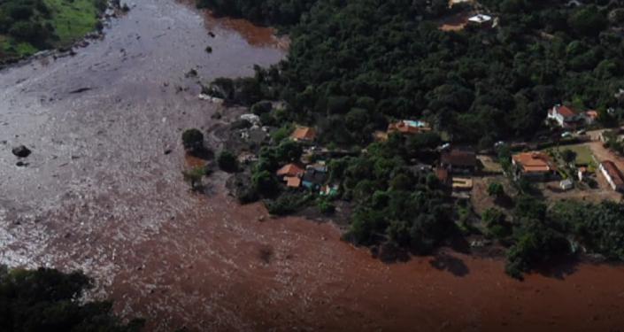 Impactante vídeo: un río de lodo contaminado arrasa todo a su paso en un municipio de Brasil