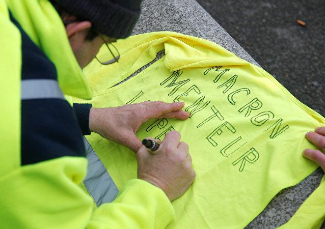 Un chaleco amarillo con la inscripción Macron mentiroso