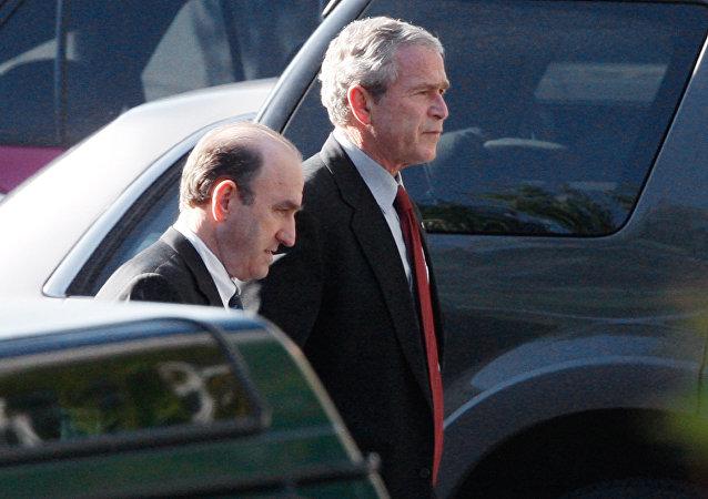 El presidente George Bush camina con su asesor principal en Oriente Medio, Elliott Abrams