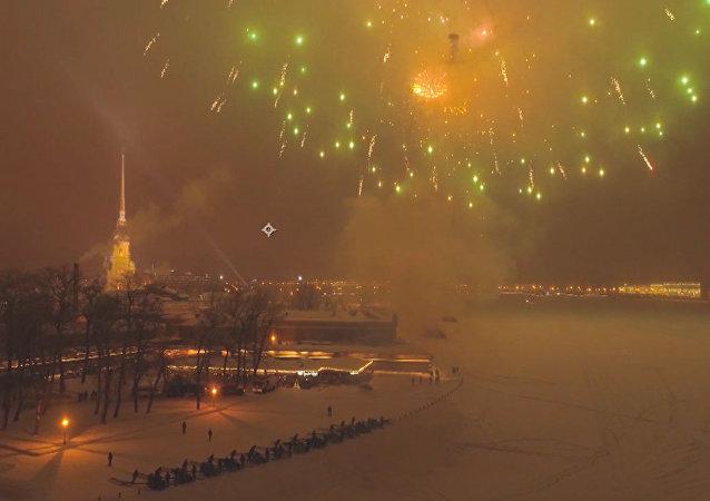 Fuegos artificiales celebran el 75 aniversario del levantamiento del sitio de Leningrado