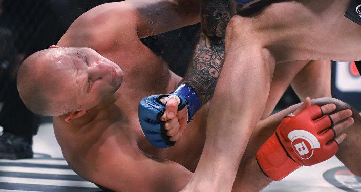 Fiódor Yemeliánenko, durante el combate con Ryan Bader en el torneo de pesos completos de Bellator