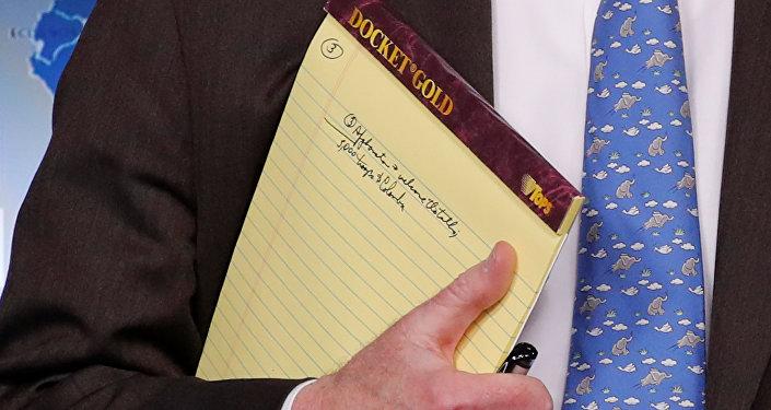 La libreta amarilla de John Bolton con las palabras 5.000 soldados en Colombia