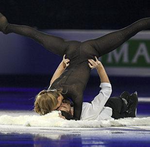 La patinadora de hielo rusa Alexandra Stepánova y su pareja en la pista, Iván Bukin