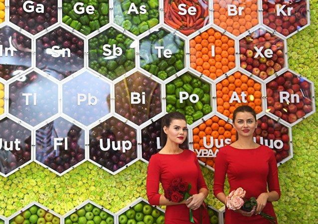 Una tabla periódica en una exposición agrícola en Moscú