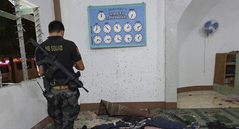 Un policía filipino en una mezquita tras el ataque