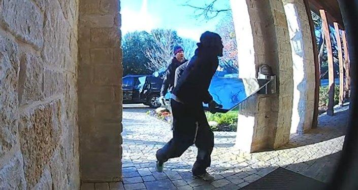 #EpicFail: dos ladrones devuelven una tele robada porque no les cabe en el auto