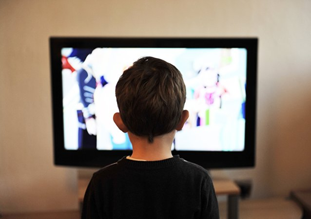 Un niño ve televisión