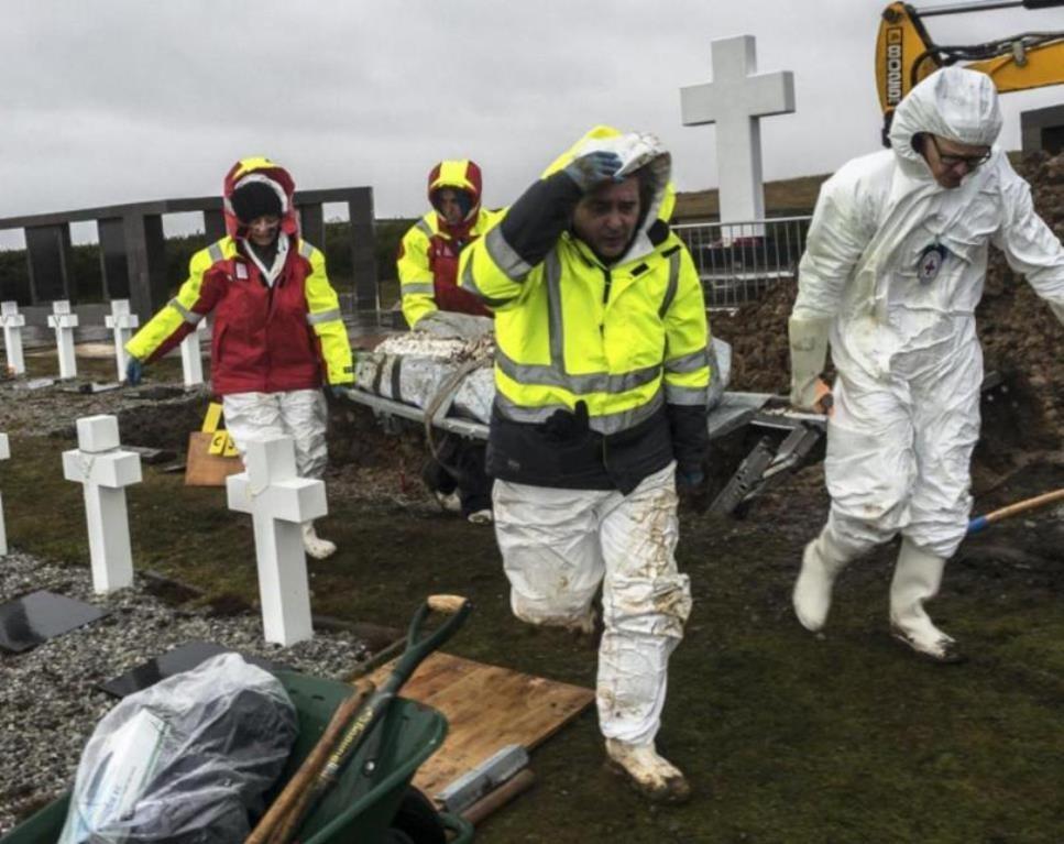 EAAF durante las exhumaciones de los soldados argentinos caídos en las Islas Malvinas junto a otros miembros del equipo conformado por el Comité Internacional de la Cruz Roja