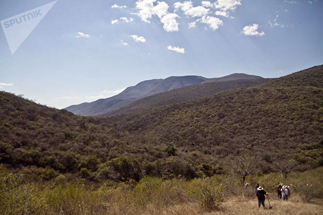 Iguala, Guerrero. Mujeres de la cuarta Brigada Nacional de Búsqueda de Personas Desaparecidas caminan en los cerros en busca de fosas clandestinas.