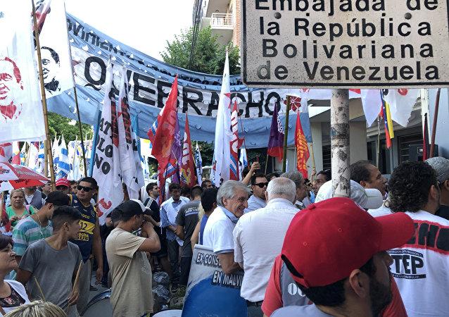 Vigilia antiimperialista frente a la Embajada venezolana en Buenos Aires en apoyo al Gobierno de Maduro