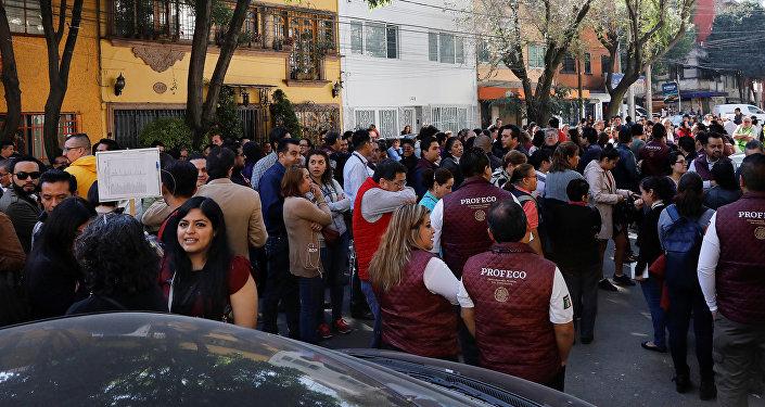 La gente en las calles tras el sismo en México