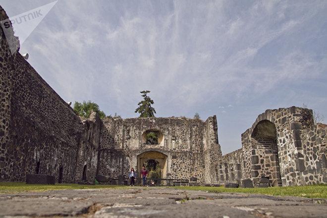 Una pareja pasea en el ex convento de Culhuacán, en Ciudad de México