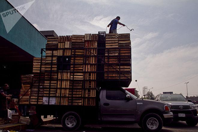 Un hombre trabaja en la central de abastos de Iztapalapa, Ciudad de México